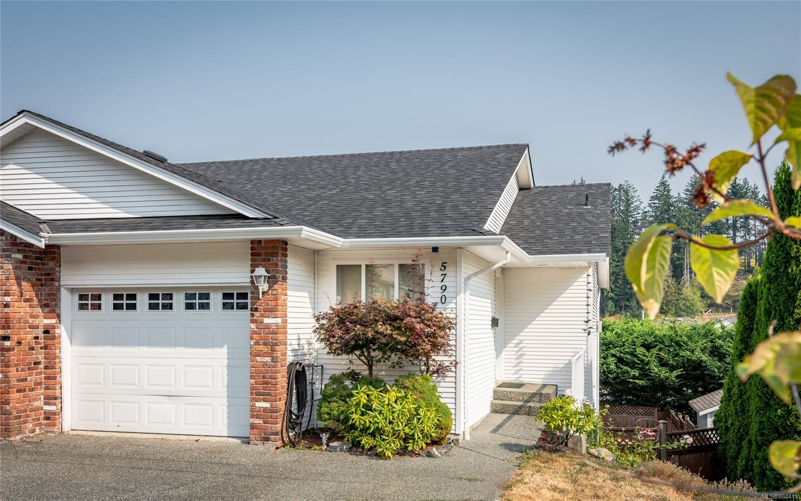 Main Photo: 5790 Brookwood Dr in : Na Uplands Half Duplex for sale (Nanaimo)  : MLS®# 884419