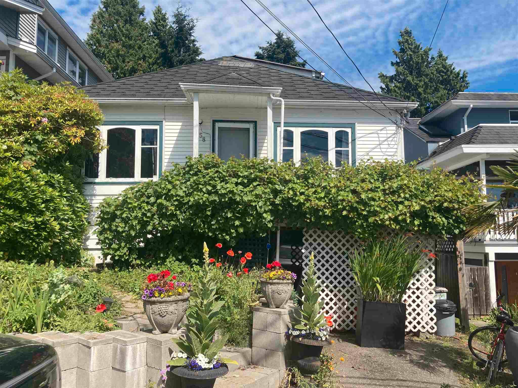 Main Photo: 958 LEE Street: White Rock House for sale (South Surrey White Rock)  : MLS®# R2595243