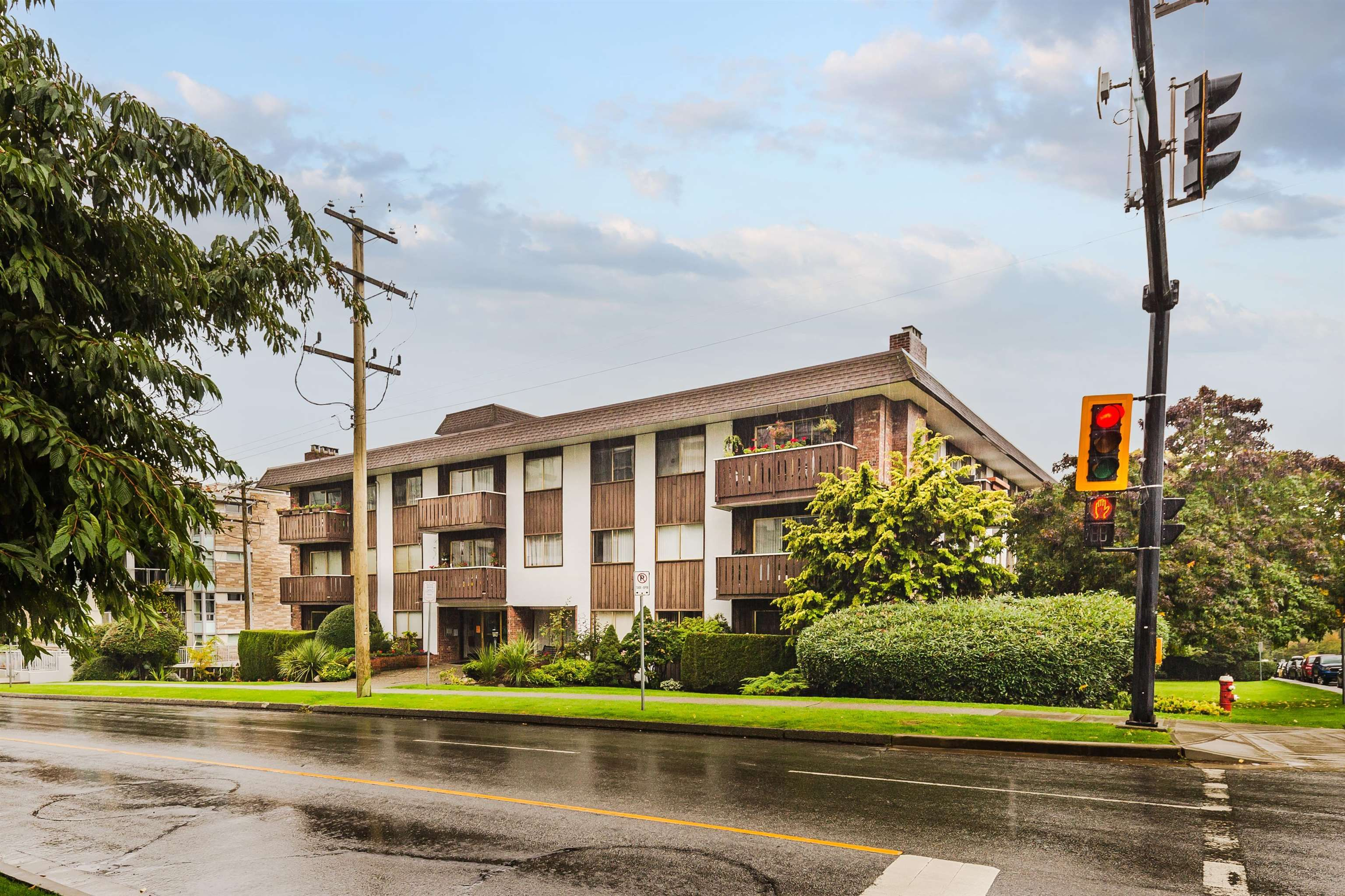 """Main Photo: 306 1345 CHESTERFIELD Avenue in North Vancouver: Central Lonsdale Condo for sale in """"CHESTERFIELD MANOR"""" : MLS®# R2622121"""