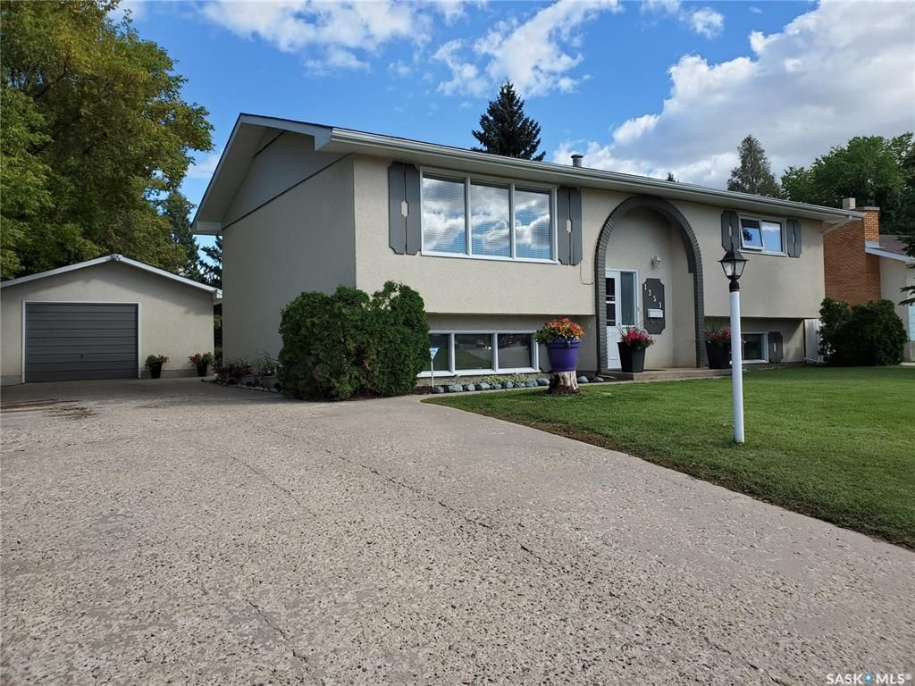 Main Photo: 1351 McKay Drive in Prince Albert: Crescent Heights Residential for sale : MLS®# SK870439