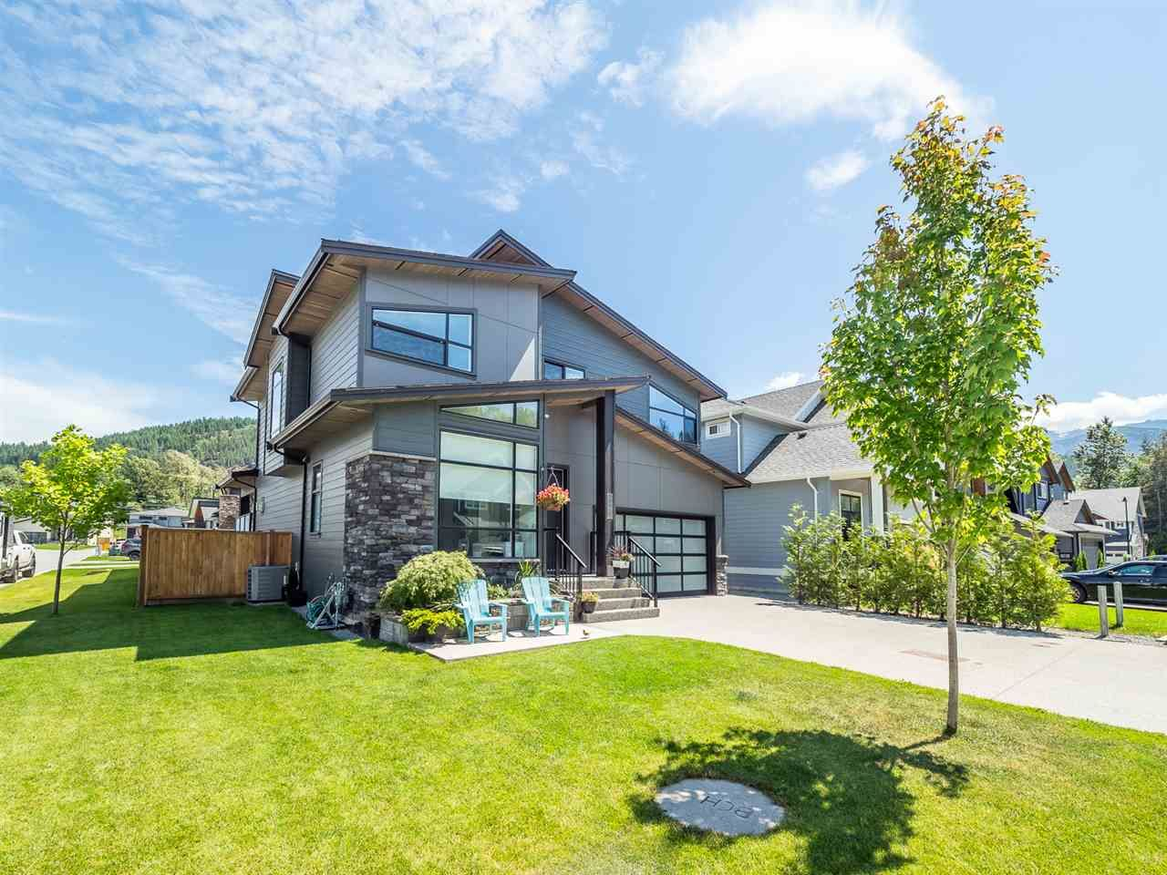 "Main Photo: 39232 FALCON Crescent in Squamish: Brennan Center House for sale in ""Ravenswood"" : MLS®# R2477496"