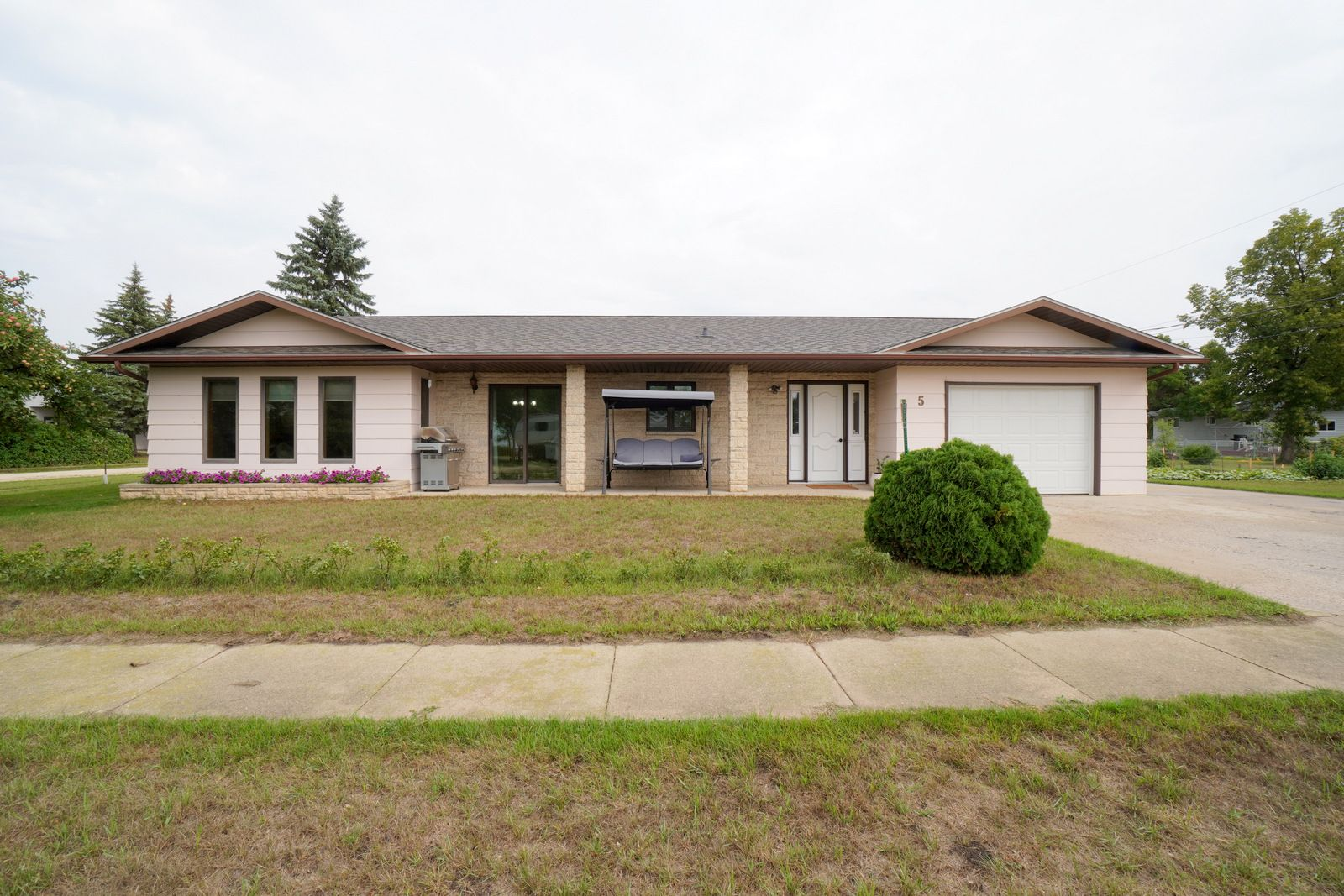 Main Photo: 5 Laurier Street in Haywood: House for sale : MLS®# 202121279
