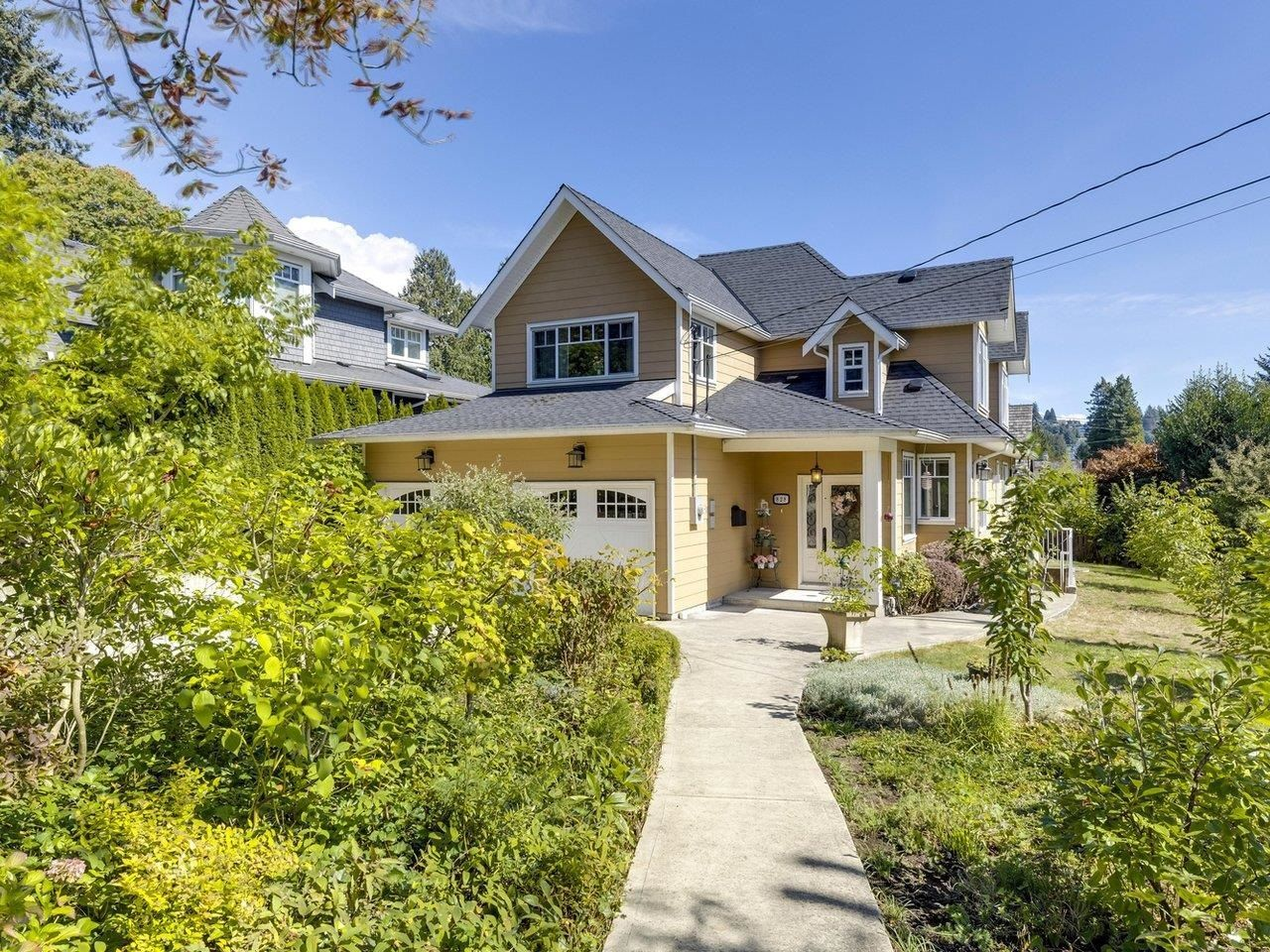 Main Photo: 828 17TH Street in West Vancouver: Ambleside House for sale : MLS®# R2616452