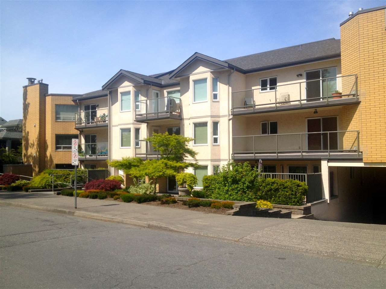 """Main Photo: 205 15255 18 Avenue in Surrey: King George Corridor Condo for sale in """"The Courtyards"""" (South Surrey White Rock)  : MLS®# R2061978"""