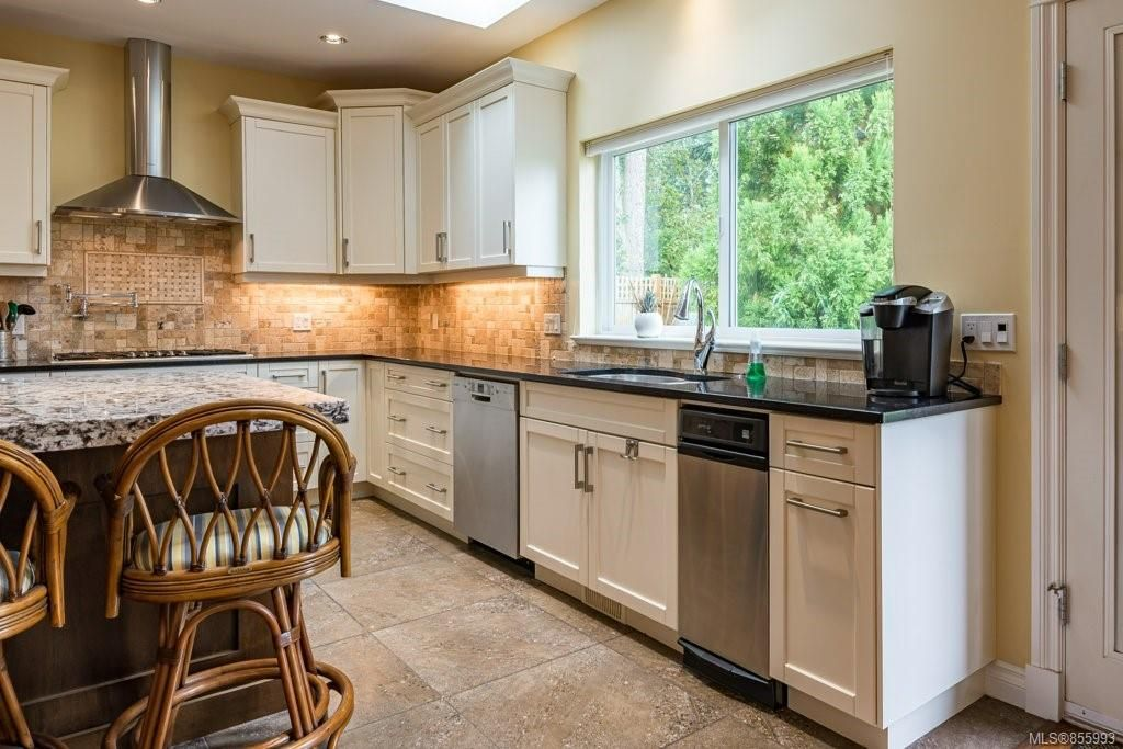 Photo 4: Photos: 1258 Potter Pl in : CV Comox (Town of) House for sale (Comox Valley)  : MLS®# 855993