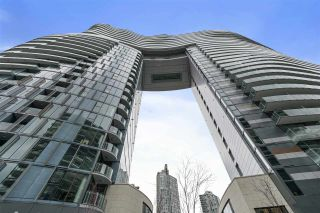 "Photo 1: 413 89 NELSON Street in Vancouver: Yaletown Condo for sale in ""THE ARC"" (Vancouver West)  : MLS®# R2561204"
