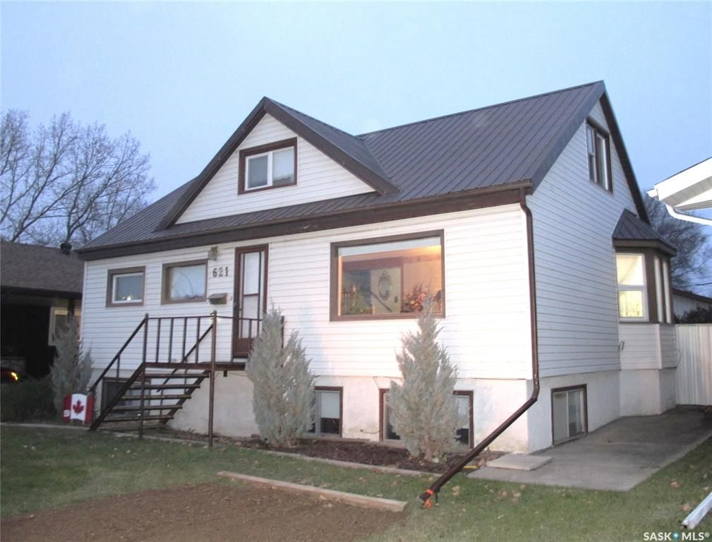 Main Photo: 621 King Street in Estevan: Hillside Residential for sale : MLS®# SK834547