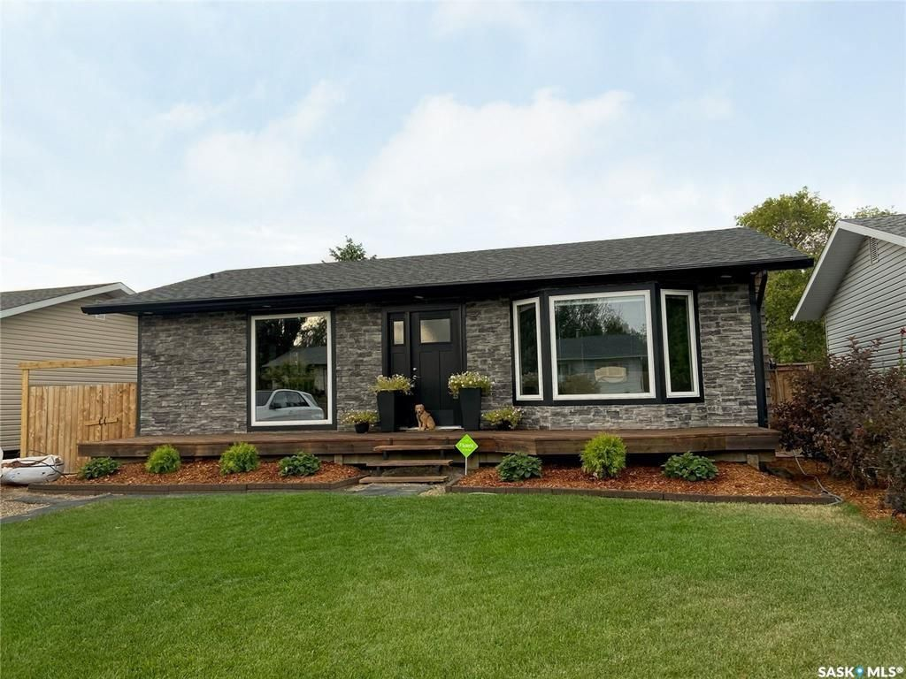 Main Photo: 304 Cross Street North in Outlook: Residential for sale : MLS®# SK861037
