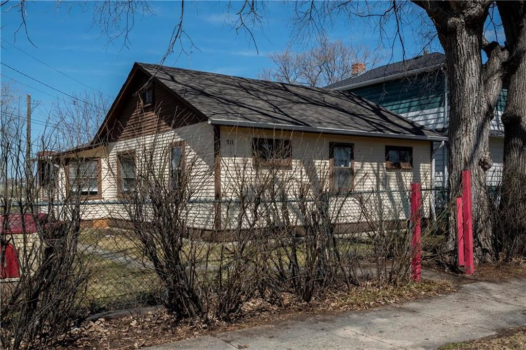 Photo 1: Photos: 711 Rosedale Avenue in Winnipeg: Lord Roberts Residential for sale (1Aw)  : MLS®# 202008672