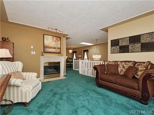 Photo 3: Photos: 1629 Kisber Ave in VICTORIA: SE Mt Tolmie House for sale (Saanich East)  : MLS®# 711136