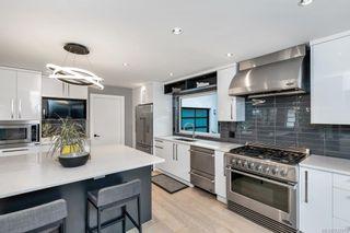 Photo 10: 704 Robleda Cres in Victoria: Vi Rockland House for sale : MLS®# 835913