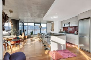 """Photo 2: 2110 128 W CORDOVA Street in Vancouver: Downtown VW Condo for sale in """"WOODWARDS W43"""" (Vancouver West)  : MLS®# R2394432"""