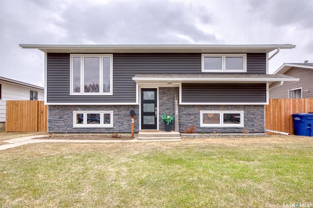 Main Photo: 3 Aster Crescent in Moose Jaw: VLA/Sunningdale Residential for sale : MLS®# SK851588