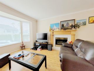 Photo 3: 19073 DOERKSEN Drive in Pitt Meadows: Central Meadows House for sale : MLS®# R2572326