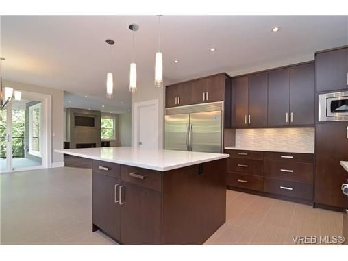 Photo 4: Photos: 111 Parsons Rd in VICTORIA: VR Six Mile House for sale (View Royal)  : MLS®# 684415