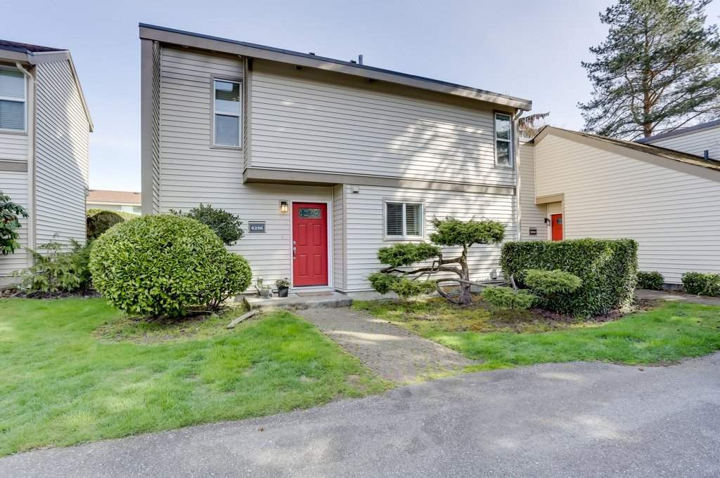 """Main Photo: 6256 W GREENSIDE Drive in Surrey: Cloverdale BC Townhouse for sale in """"GREENSIDE ESTATES"""" (Cloverdale)  : MLS®# R2561874"""