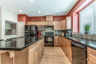 """Photo 7: 18068 70 Avenue in Surrey: Cloverdale BC Condo for sale in """"Provinceton"""" (Cloverdale)  : MLS®# R2186482"""
