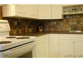 Photo 2: 208 1366 Hillside Ave in VICTORIA: Vi Oaklands Condo for sale (Victoria)  : MLS®# 447630