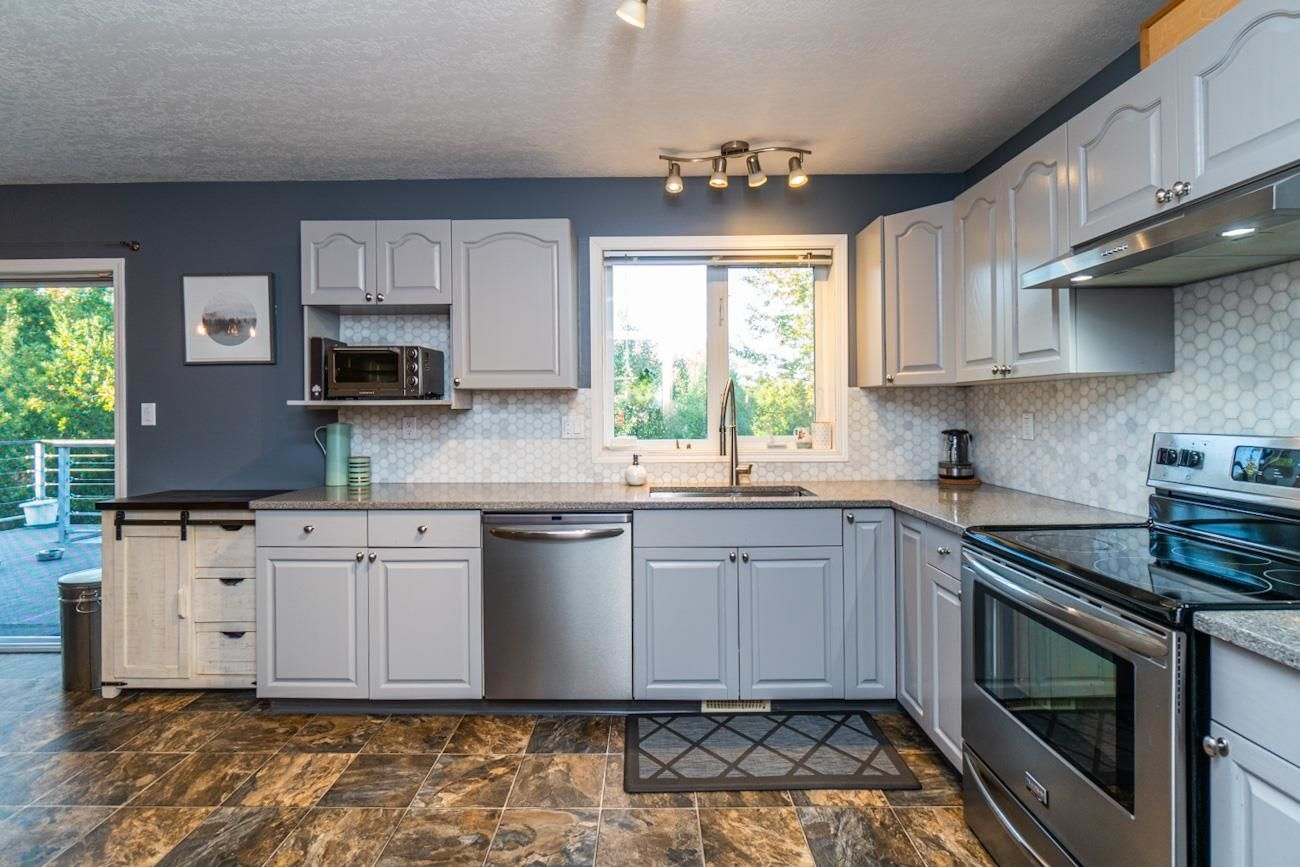 """Photo 10: Photos: 6872 ST ERICA Place in Prince George: St. Lawrence Heights House for sale in """"St Lawrence Heights"""" (PG City South (Zone 74))  : MLS®# R2617667"""