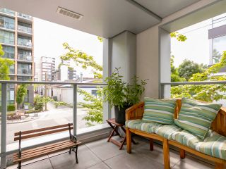 """Photo 1: 1839 CROWE Street in Vancouver: False Creek Townhouse for sale in """"FOUNDRY"""" (Vancouver West)  : MLS®# R2277227"""