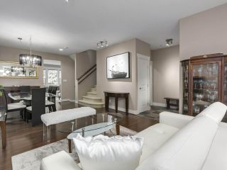 "Photo 2: 229 E QUEENS Road in North Vancouver: Upper Lonsdale Townhouse for sale in ""QUEENS COURT"" : MLS®# R2362718"