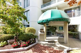 """Photo 2: 103 1745 MARTIN Drive in White Rock: Sunnyside Park Surrey Condo for sale in """"SOUTH WYND"""" (South Surrey White Rock)  : MLS®# R2617912"""