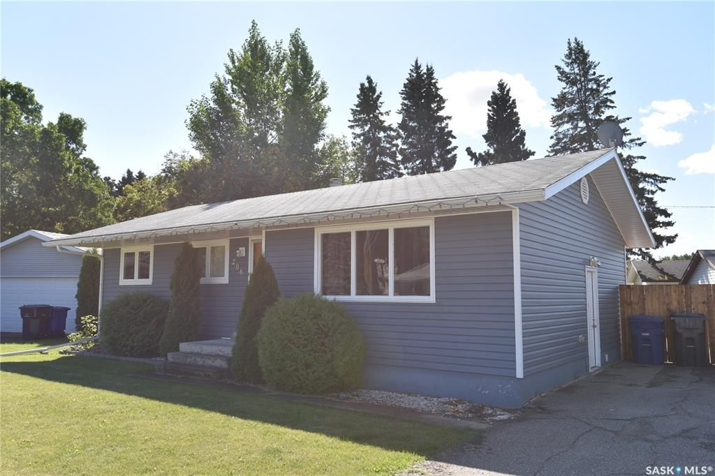 Main Photo: 206 Cartha Drive in Nipawin: Residential for sale : MLS®# SK826195