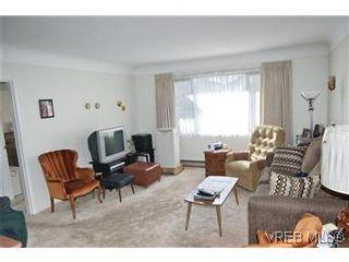 Photo 4: 2413 Mowat St in VICTORIA: OB Henderson House for sale (Oak Bay)  : MLS®# 599535