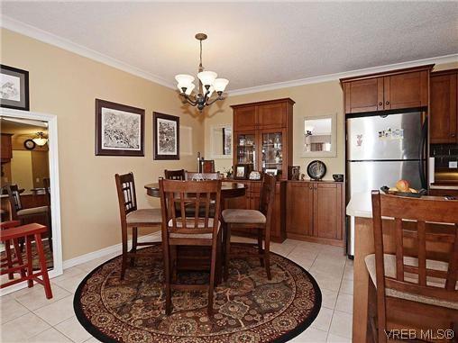 Main Photo: 204 1121 Esquimalt Rd in VICTORIA: Es Saxe Point Condo for sale (Esquimalt)  : MLS®# 605948