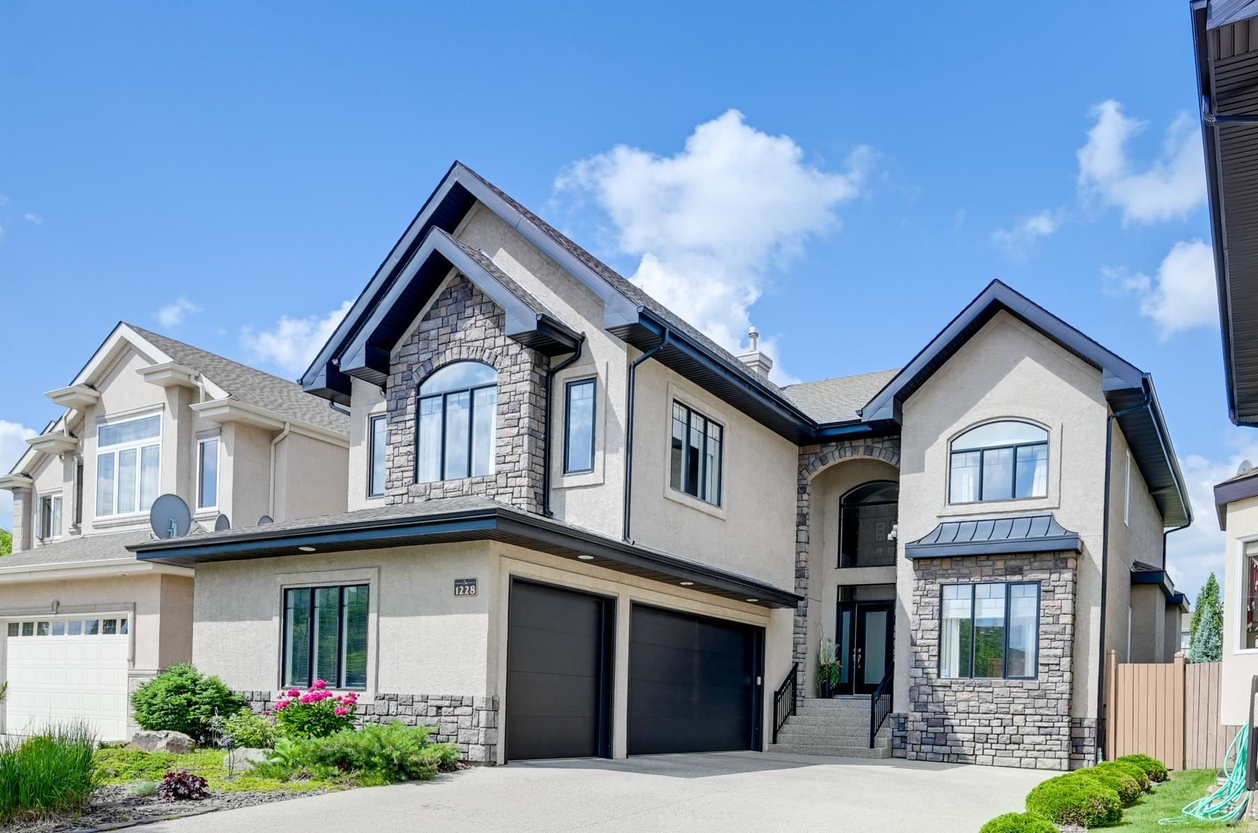 Main Photo: 1228 HOLLANDS Close in Edmonton: Zone 14 House for sale : MLS®# E4251775