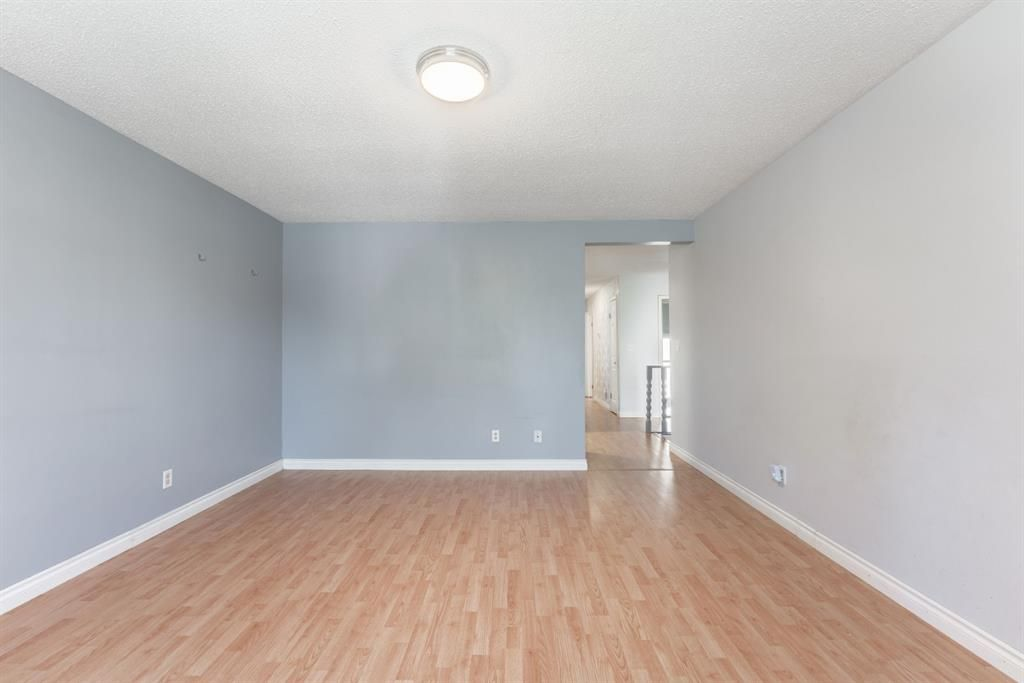 Photo 15: Photos: 534 QUEENSLAND Place SE in Calgary: Queensland Semi Detached for sale : MLS®# A1020359