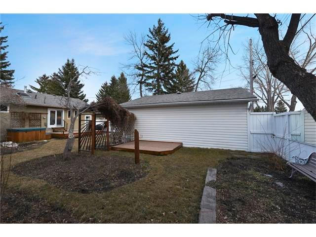 Photo 21: Photos: 3235 BEARSPAW Drive NW in Calgary: Brentwood House for sale : MLS®# C4053650