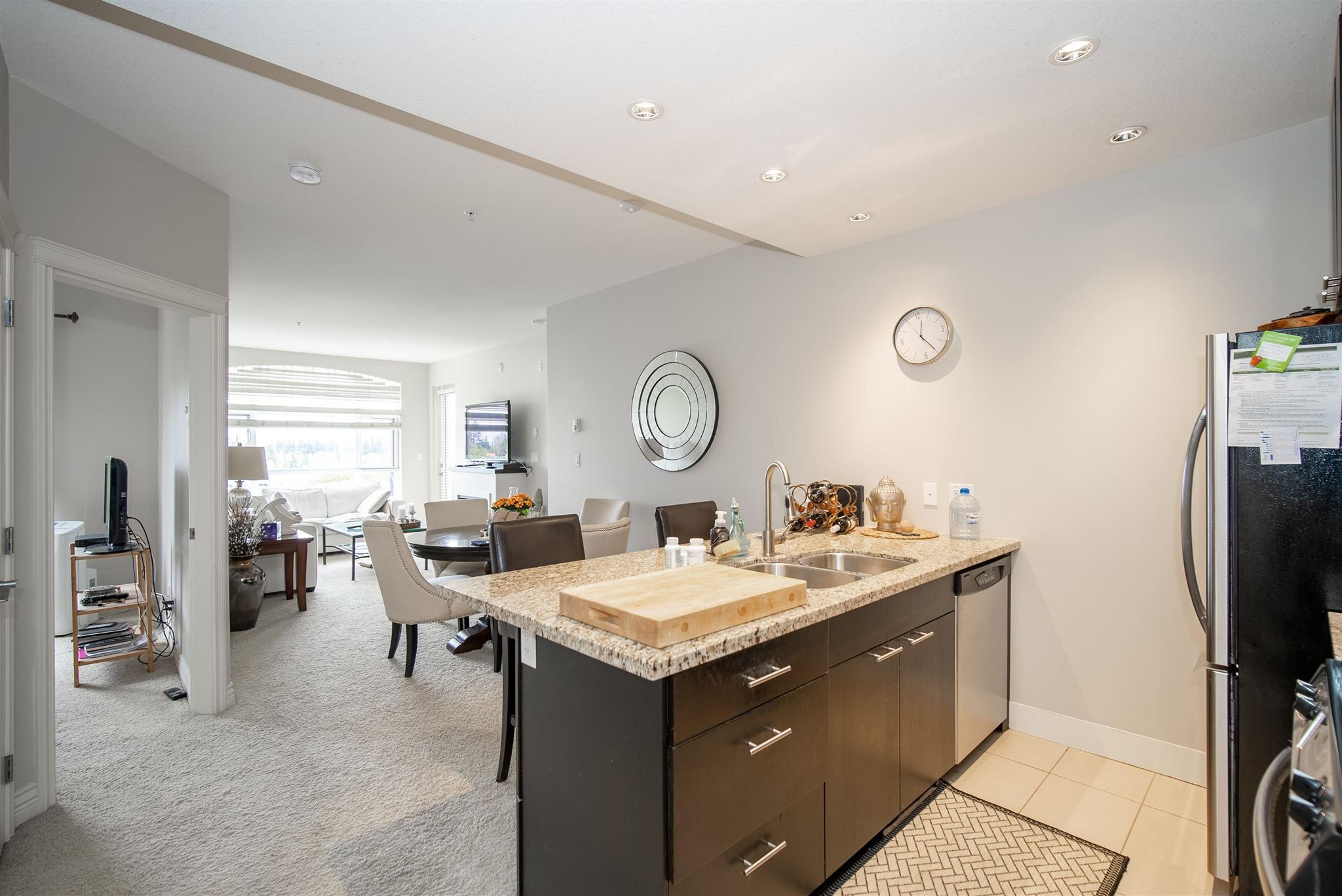 """Main Photo: 301 2970 KING GEORGE Boulevard in Surrey: King George Corridor Condo for sale in """"The Watermark"""" (South Surrey White Rock)  : MLS®# R2603504"""