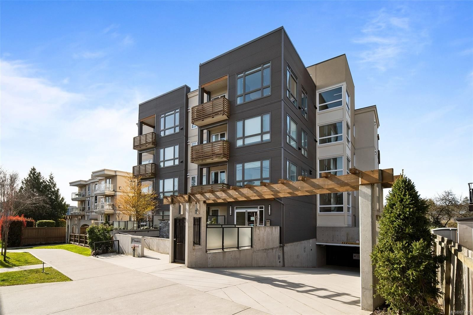 Main Photo: 403 317 E Burnside Rd in : Vi Burnside Condo for sale (Victoria)  : MLS®# 871909
