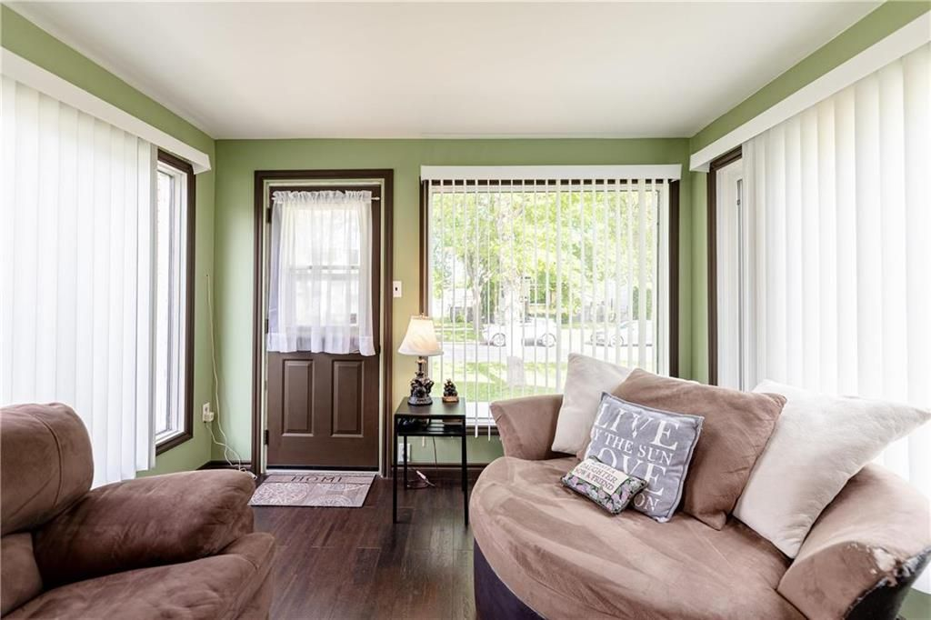 Photo 3: Photos: 805 Madeline Street in Winnipeg: West Transcona Residential for sale (3L)  : MLS®# 202114224