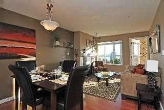 "Photo 2: 402 111 W 5TH Street in North Vancouver: Lower Lonsdale Condo for sale in ""CARMEL PLACE II"" : MLS®# V913153"