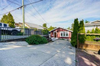 """Photo 3: 850 PARKER Street: White Rock House for sale in """"EAST BEACH"""" (South Surrey White Rock)  : MLS®# R2587340"""