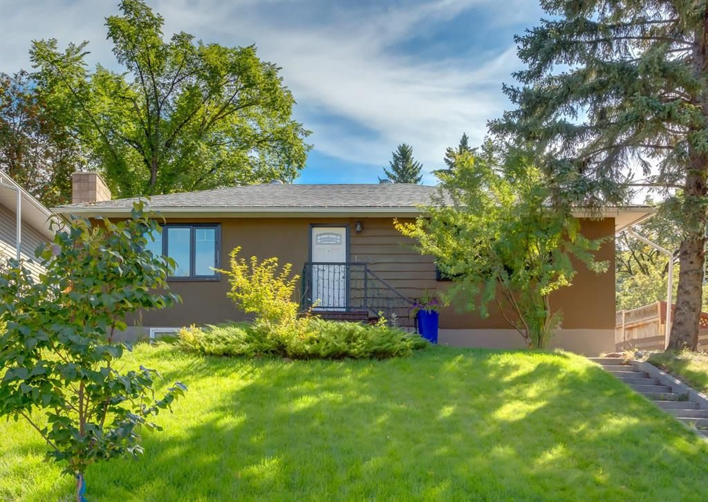 Main Photo: 1208 24 Street NW in Calgary: West Hillhurst Detached for sale : MLS®# A1146364