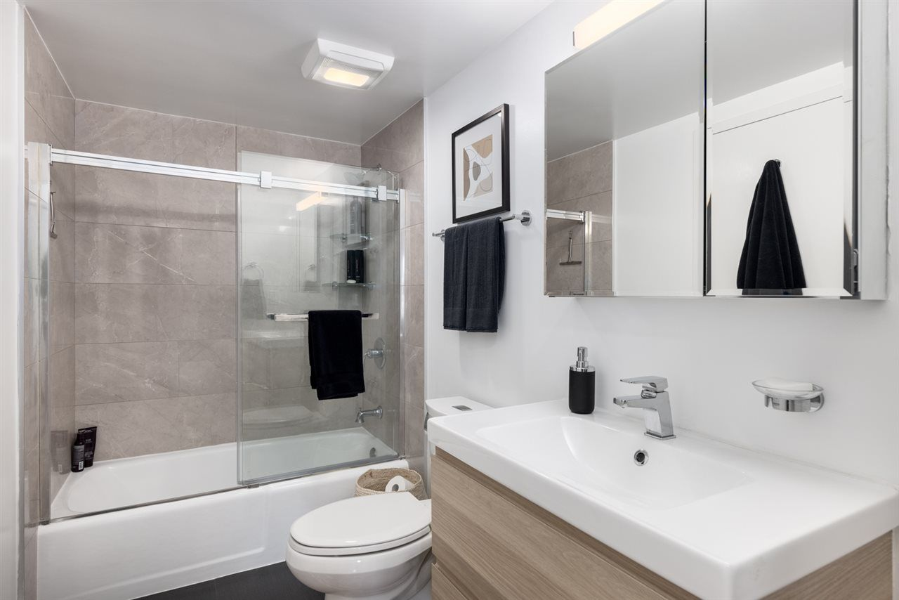 """Photo 16: Photos: 307 1470 PENNYFARTHING Drive in Vancouver: False Creek Condo for sale in """"Harbour Cove"""" (Vancouver West)  : MLS®# R2552898"""