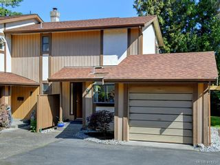Photo 2: 4 1096 Stoba Lane in VICTORIA: SE Quadra Row/Townhouse for sale (Saanich East)  : MLS®# 815258