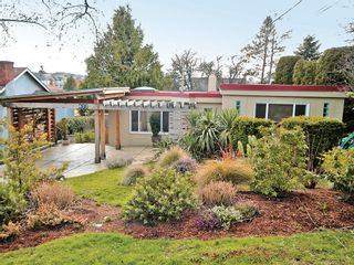 Photo 1: 877 Leslie Dr in VICTORIA: SE Swan Lake House for sale (Saanich East)  : MLS®# 597777