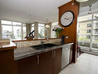 Photo 2: 407 2628 YEW Street in Vancouver West: Home for sale : MLS®# V1009996