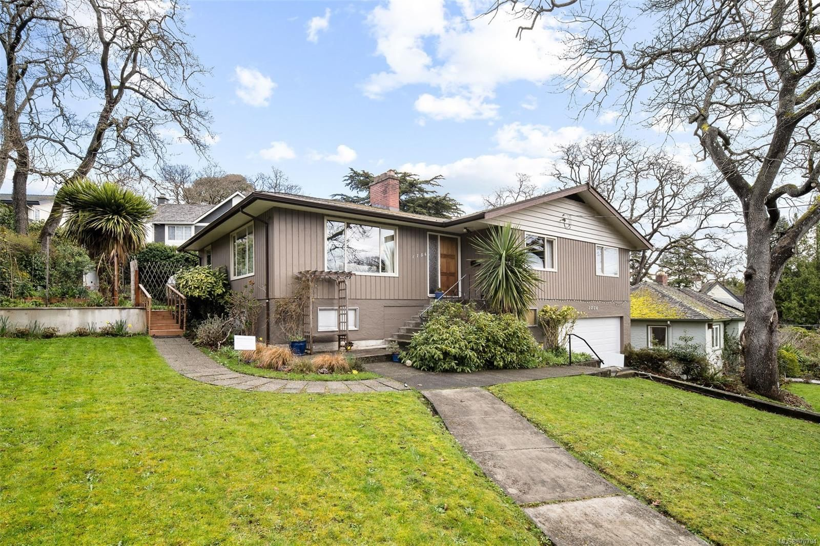 Main Photo: 1756 Gonzales Ave in : Vi Rockland House for sale (Victoria)  : MLS®# 870794