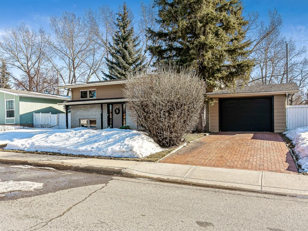Main Photo: 184 MAPLE COURT Crescent SE in Calgary: Maple Ridge Detached for sale : MLS®# A1080744