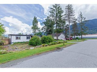 Photo 2: 35281 RIVERSIDE Road: Manufactured Home for sale in Mission: MLS®# R2582946