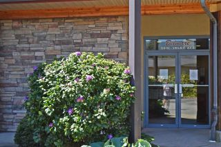 "Photo 1: 301 5631 INLET Avenue in Sechelt: Sechelt District Condo for sale in ""The Belmar"" (Sunshine Coast)  : MLS®# R2587712"