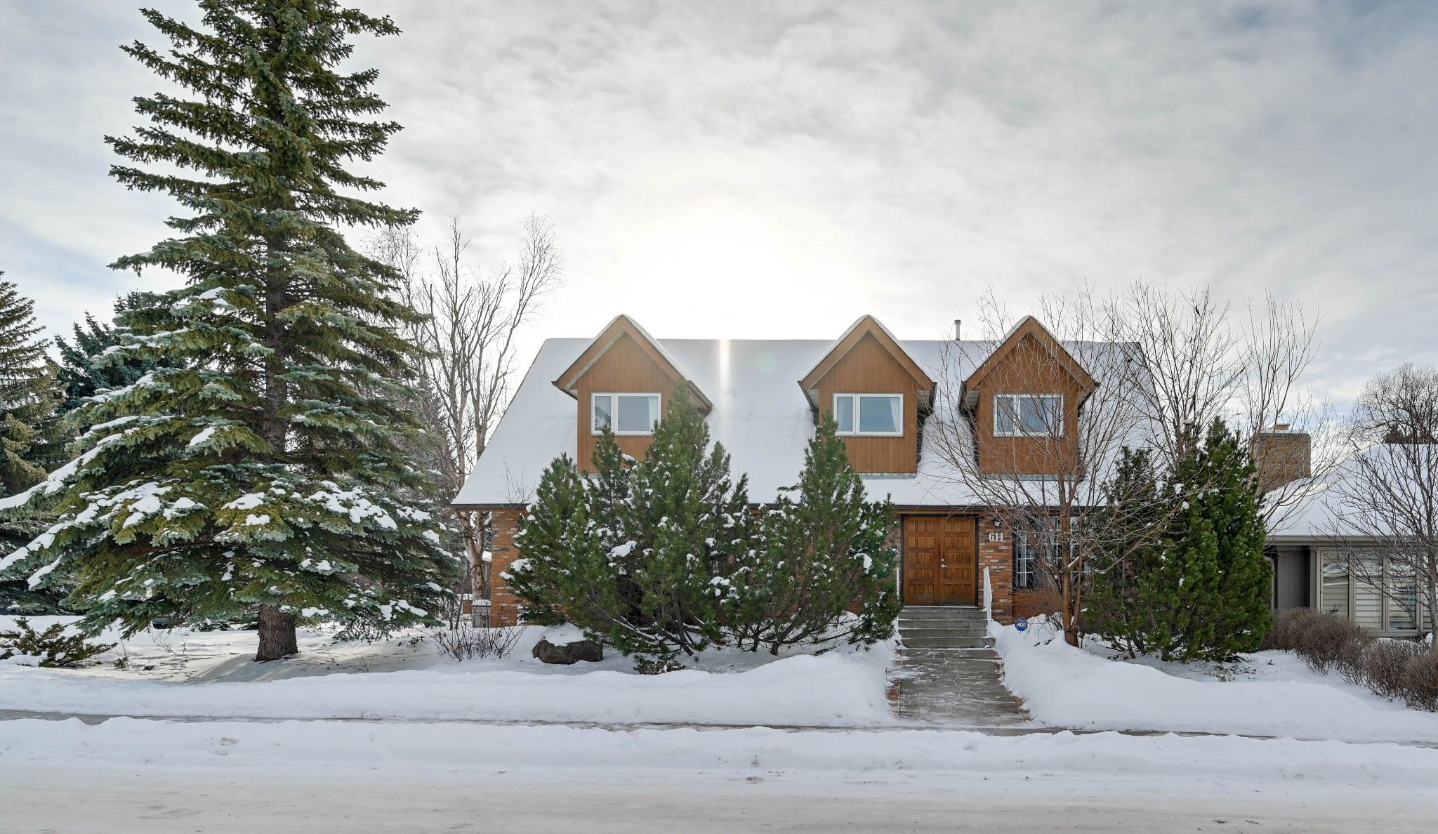 Main Photo: 611 Romaniuk Road NW in Edmonton: House for sale