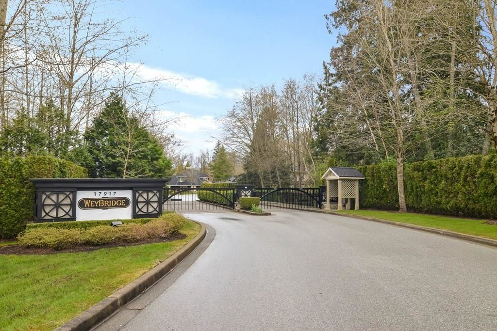 """Main Photo: 16 17917 68 Avenue in Surrey: Cloverdale BC Townhouse for sale in """"Weybridge"""" (Cloverdale)  : MLS®# R2603694"""