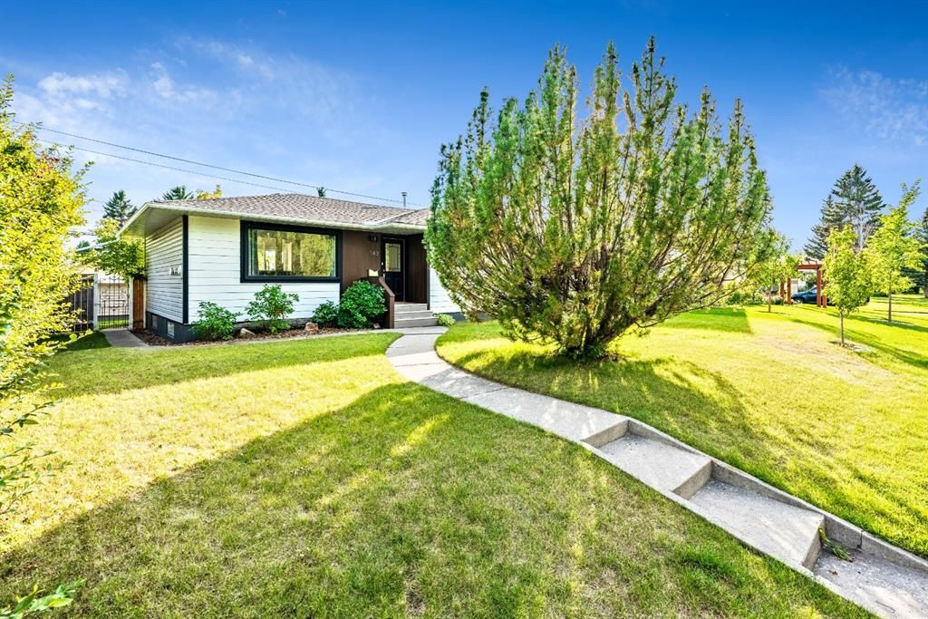 Main Photo: 143 Capri Avenue NW in Calgary: Charleswood Detached for sale : MLS®# A1143044
