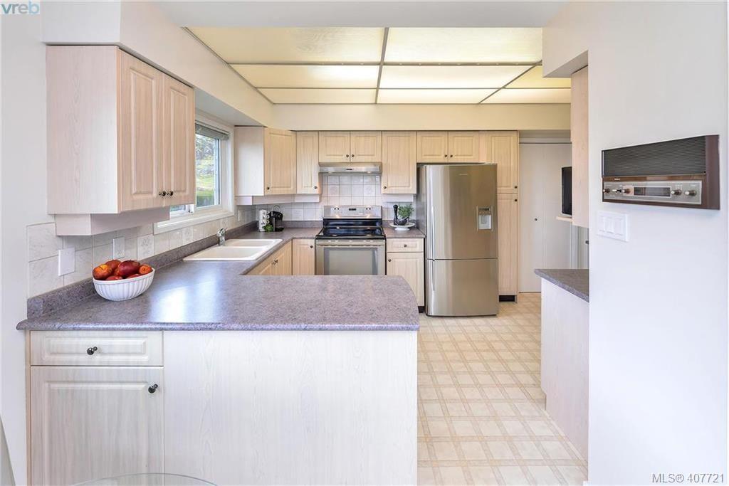 Photo 5: Photos: 3698 Kootenay Pl in VICTORIA: SE Cedar Hill House for sale (Saanich East)  : MLS®# 810256